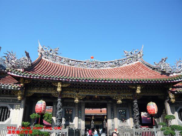 龍山寺本殿前門