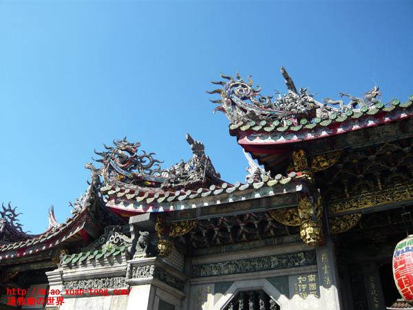 龍山寺入り口の屋根の彫刻
