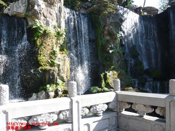 龍山寺内の滝