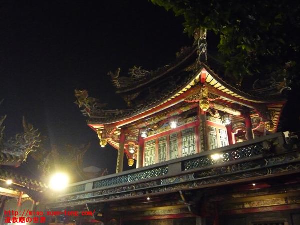龍山寺の夜の楼閣