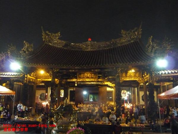 夜の龍山寺に参拝する人々